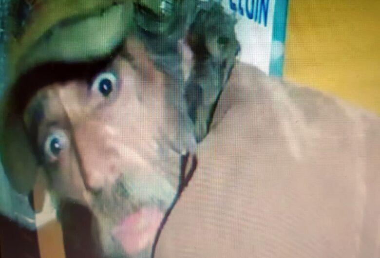 PM prende homem flagrado por câmera de segurança furtando fios elétricos