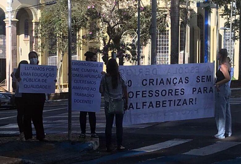 Professores fazem manifestação e pedem novas contratações