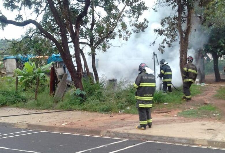 Incêndio destrói barraco no Antenor Garcia; moradora precisa de doações