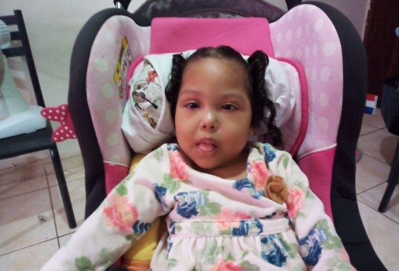 Criança de 4 anos necessita de cadeira de rodas adaptada