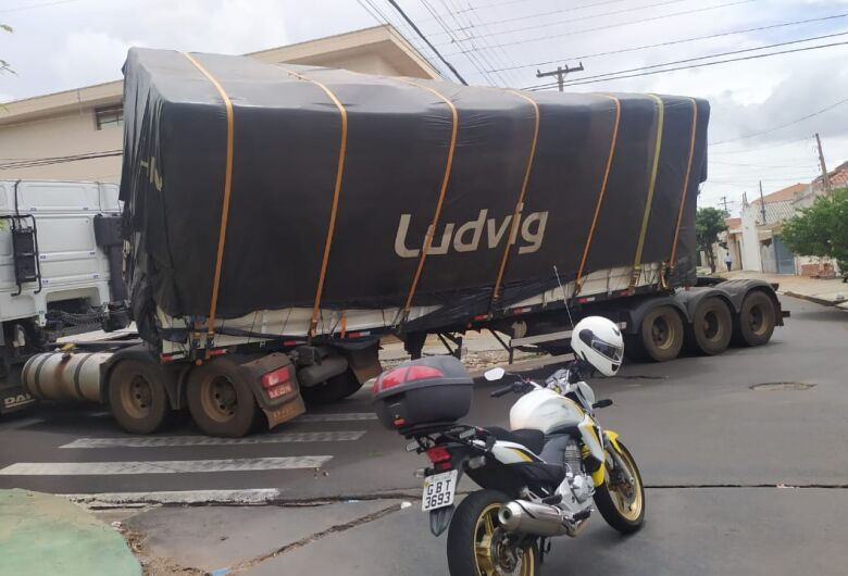 Carreta carregada com algodão interdita trânsito na Vila Prado