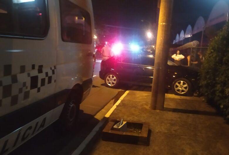 Homem fica ferido após bater carro em portão na Miguel Petroni