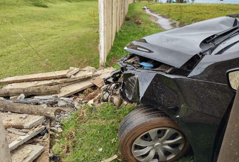 Motorista bate carro em muro e abandona o veículo pelo local
