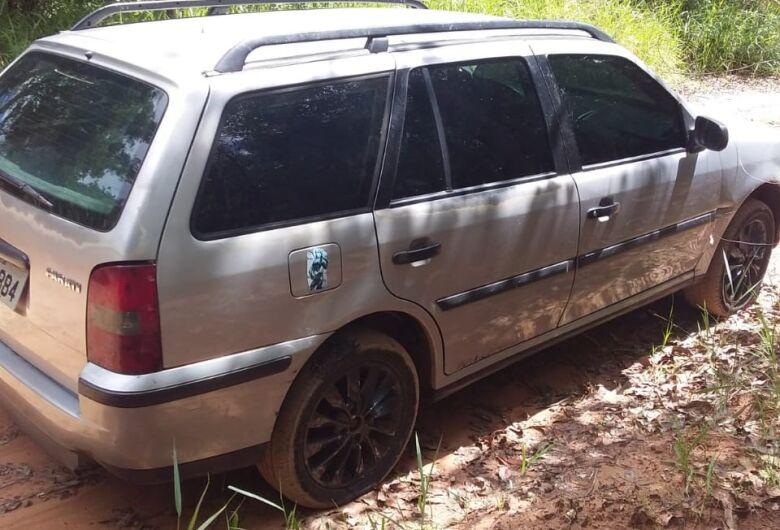 Carro suspeito utilizado para delitos em Araraquara é abandonado em estrada de terra