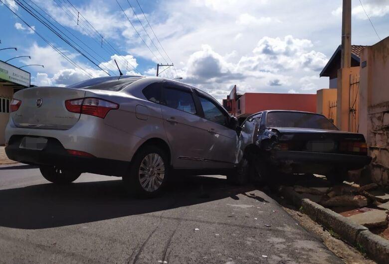 Motorista perde controle e atinge carro estacionado