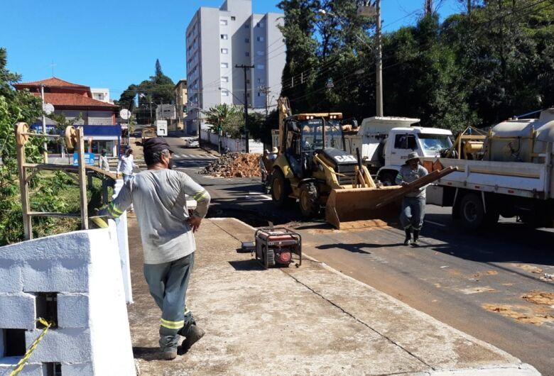 Serviços Públicos inicia trabalho de recuperação da ponte no parque Arnold Schimidt