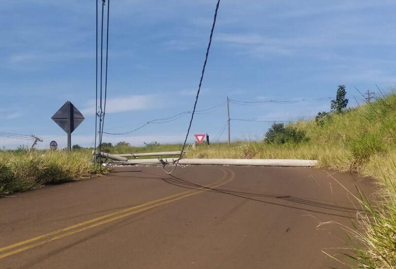 Postes são derrubados após colisão