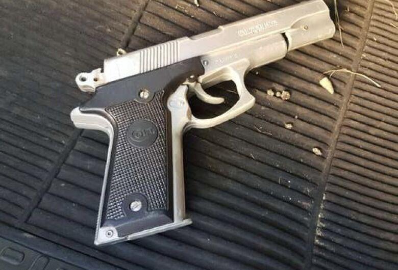 Homem em Blazer é flagrado com arma falsa
