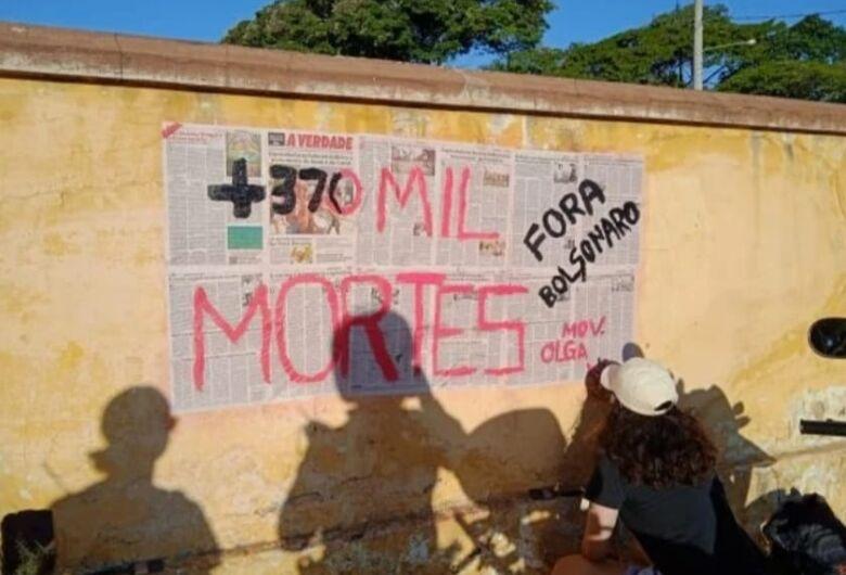 Estudantes são surpreendidos colando cartazes no muro do cemitério Nossa Senhora do Carmo
