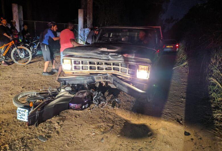 Motociclista a caminho do trabalho é atingido por caminhonete em estrada de terra