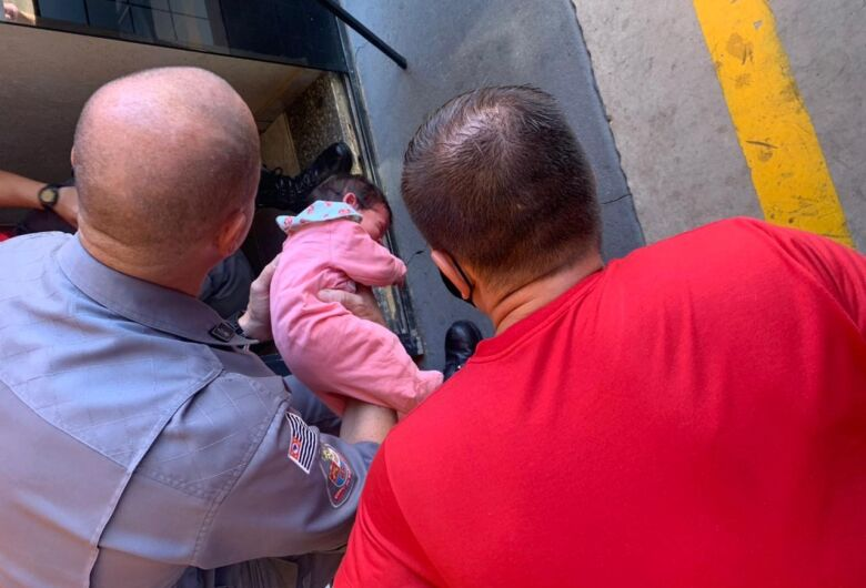 Mãe pede ajuda em quartel e bebê engasgada é salva por bombeiros