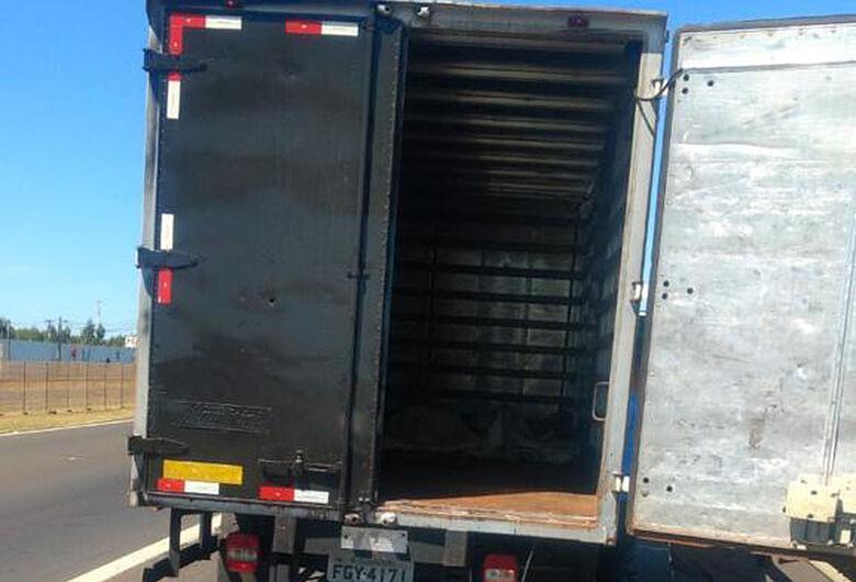 Polícia Rodoviária apreende em Ibaté caminhão que pode ter sido usado em roubo de carga em Matão