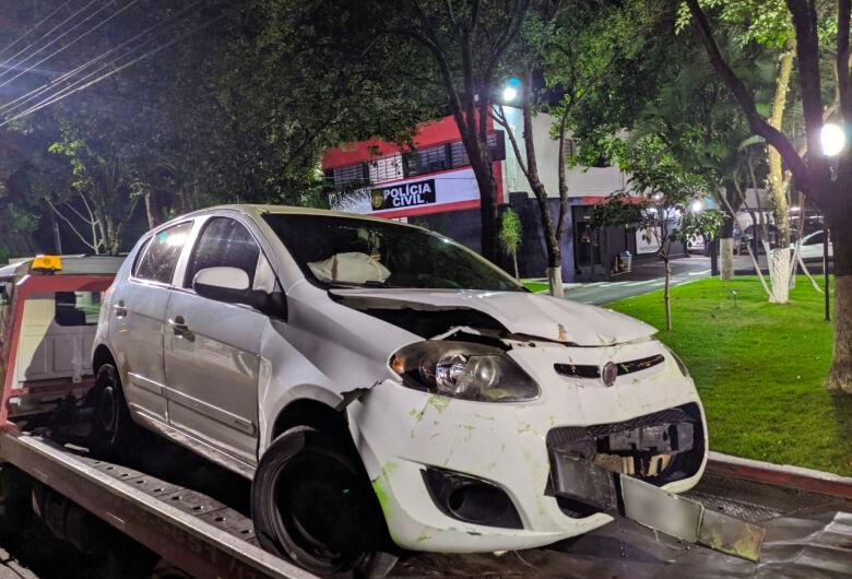 Motorista colide carro duas vezes em casas e em viatura da Polícia Militar