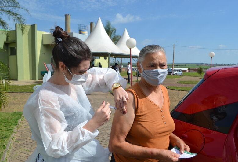Ibaté inicia vacinação do grupo de pessoas com 65 e 66 anos neste feriado de quarta-feira (21)
