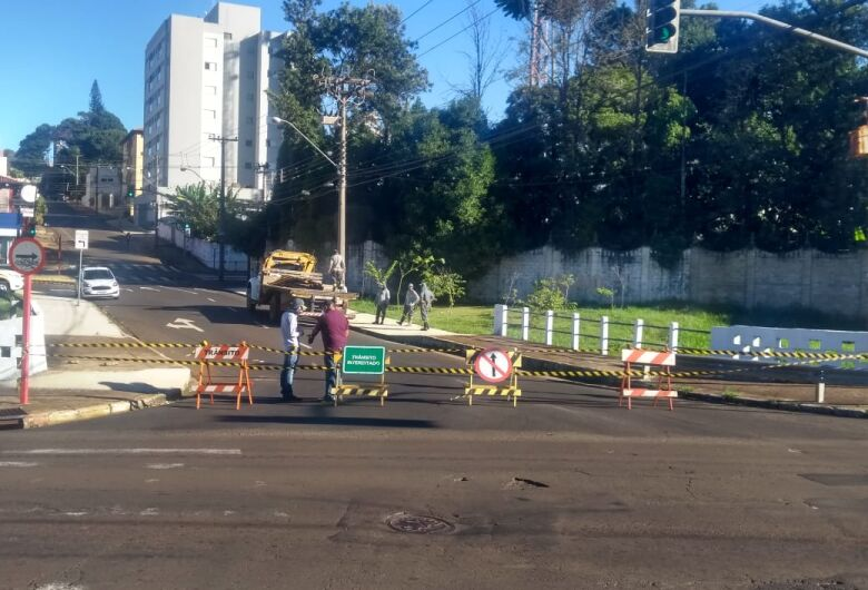 Com risco de queda, ponte é interditada no Jardim Paraiso