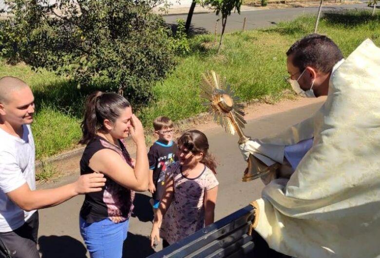 Padre Rubens percorre com o Santíssimo Sacramento ruas da região do Azulville