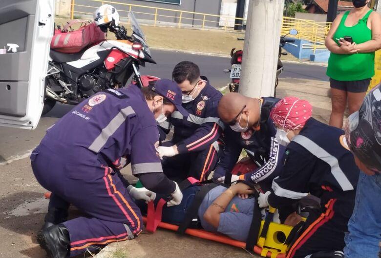 Moto derrapa em rotatória e casal sofre queda