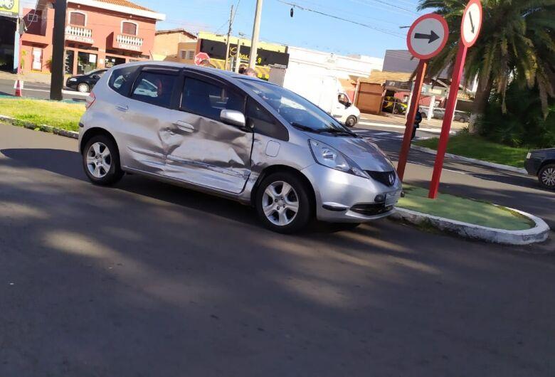 Colisão danifica dois veículos na avenida São Carlos