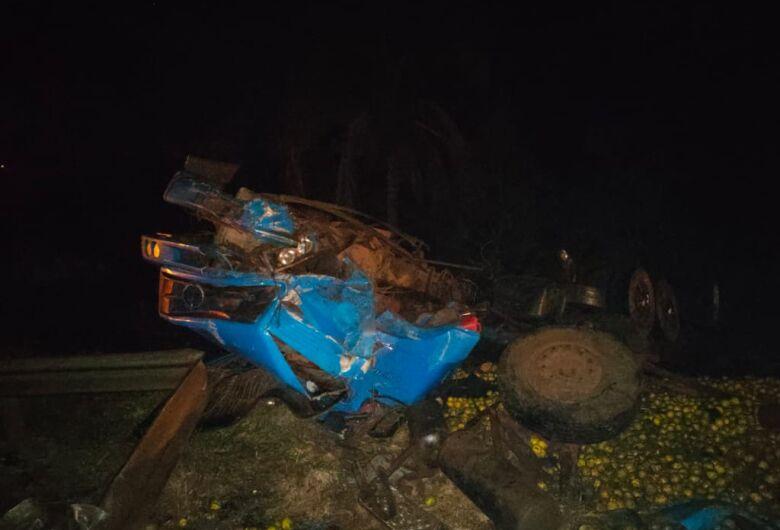 Caminhão carregado com laranjas tomba após colisão traseira na rodovia Anhanguera