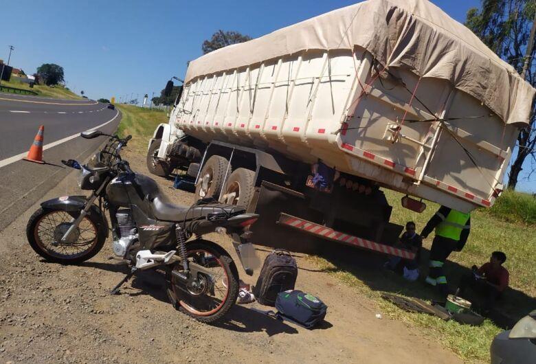 Pneu fura e motociclistas sofrem queda na SP-215