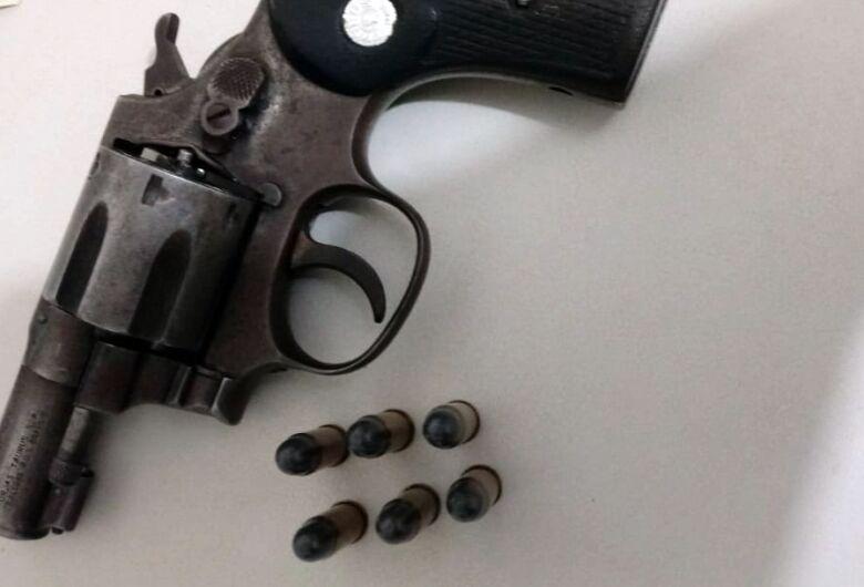 Motorista é flagrado com arma de fogo no carro, em Ribeirão Bonito