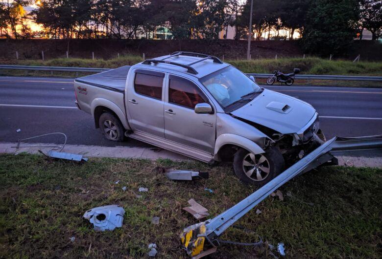 Motorista perde o controle e picape bate em guard-rail na SP-318