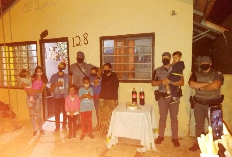 Menino que admira a PM ganha festa de aniversário de policiais da Força Tática no Planalto Verde