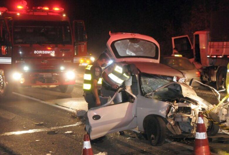 Acidente entre carro e caminhão mata homem e menina de 3 anos na SP-308