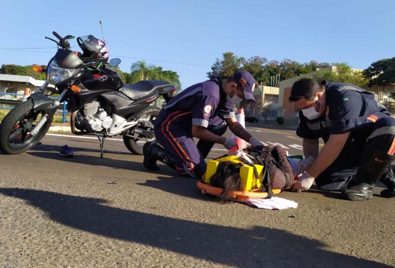Motociclista fica ferida após acidente na frente do Fórum Cível