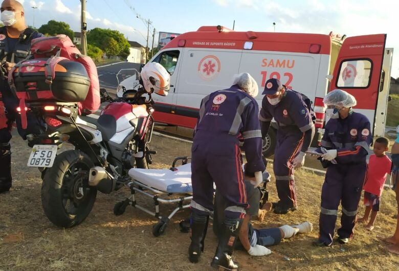 Motociclista sofre vários ferimentos após sofrer queda em rotatória