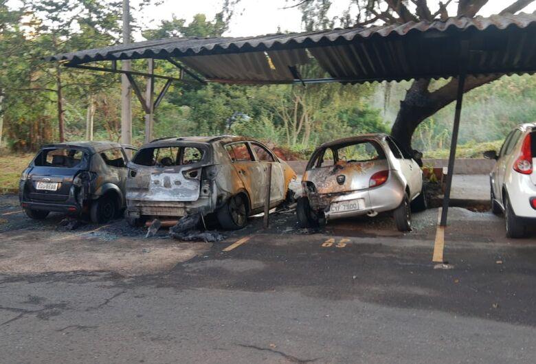 Veículos pegam fogo em estacionamento de prédio no Botafogo
