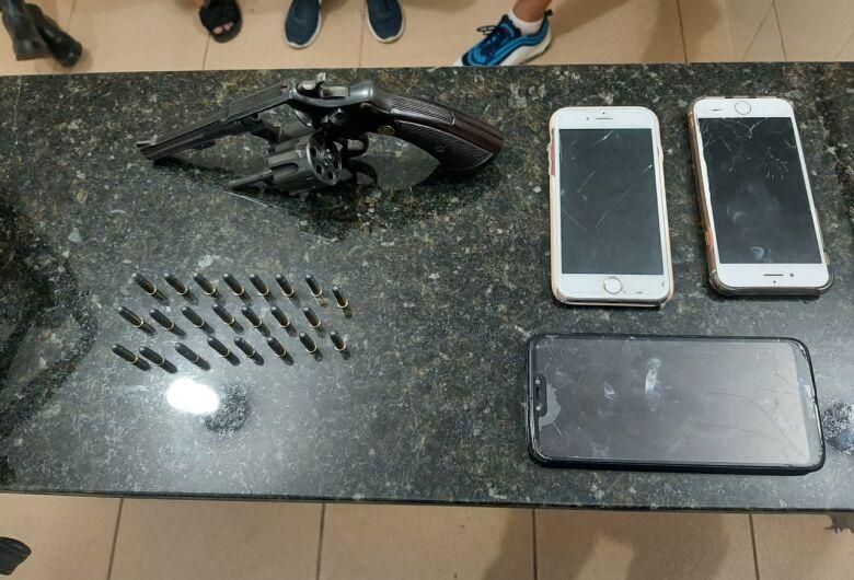 Arma é encontrada dentro de carro no Jardim Botafogo