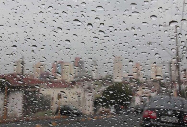 Bairros de São Carlos amanhecem com chuva