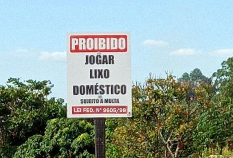 Prefeitura de Ibaté instala placas de proibição de descarte irregular de lixo doméstico