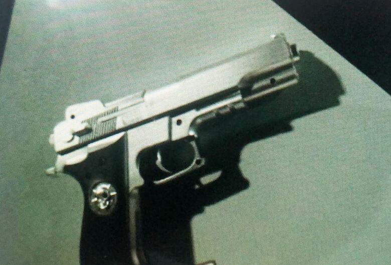 Suspeito é detido com réplica de arma de fogo