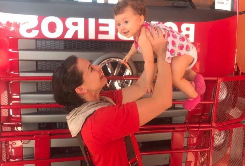 Mamães bombeiras não temem o perigo; rainhas em casa e guerreiras no trabalho