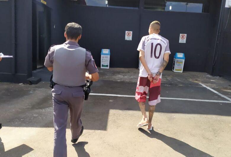 Procurado por tráfico é detido por PMs no Antenor Garcia