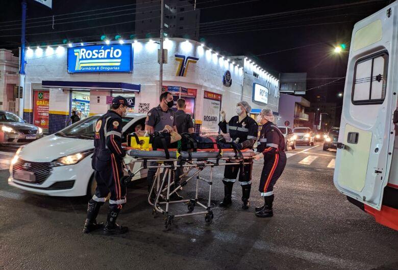 Motociclista avança sinal vermelho é bate em carro no Centro