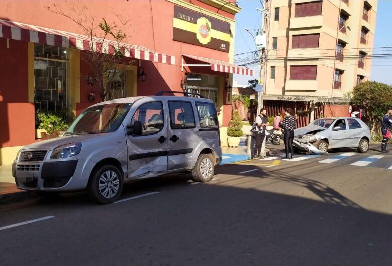 Motorista avança 'pare' e provoca colisão no centro