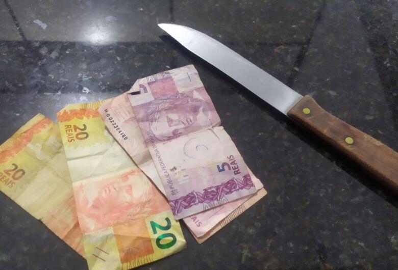 Mulher armada com faca ameaça idoso e exige dinheiro