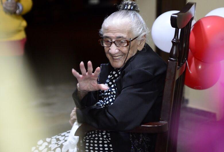 Moradora de São Carlos chega aos 105 anos e família comemora data centenária