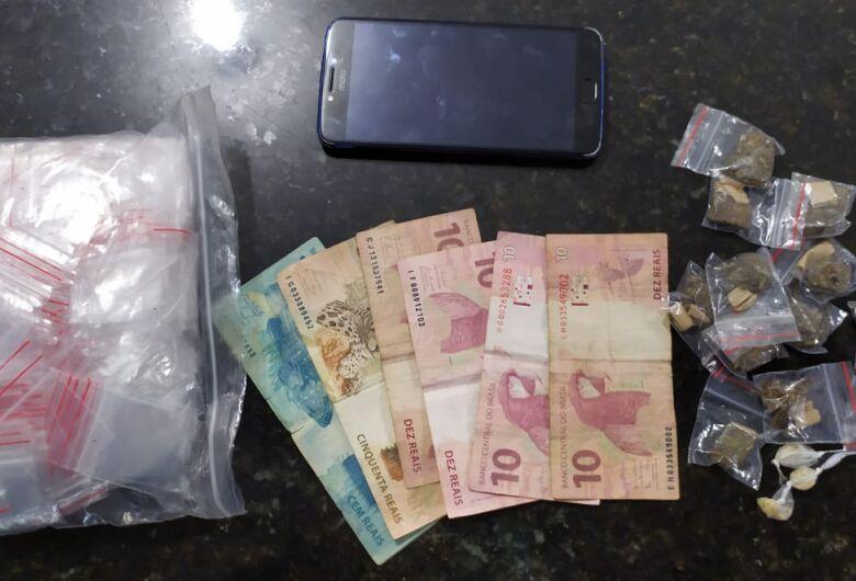 Garoto de 14 anos foge e GM apreende drogas em casa
