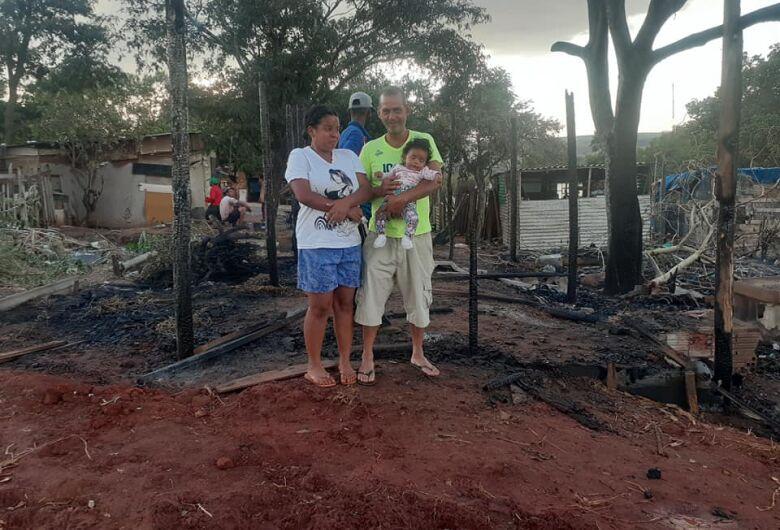 Família pede ajuda para reconstruir barraco que foi consumido por incêndio no Cidade Aracy