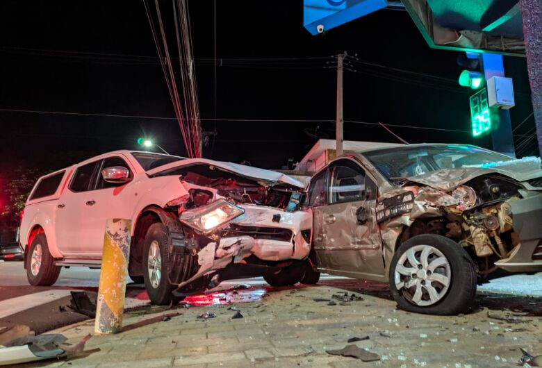 Após roubar caminhonete, assaltante é perseguido pela PM e causa acidente no Cruzeiro do Sul