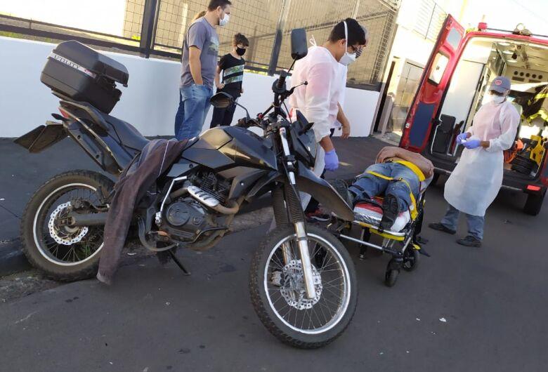 Motociclista ultrapassa sinal de pare e é atingido por carro em cruzamento da Vila Nery