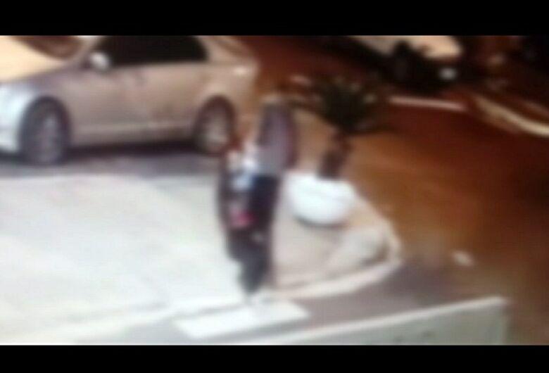 Câmera de segurança registra agressão contra jovem de 19 anos em condomínio