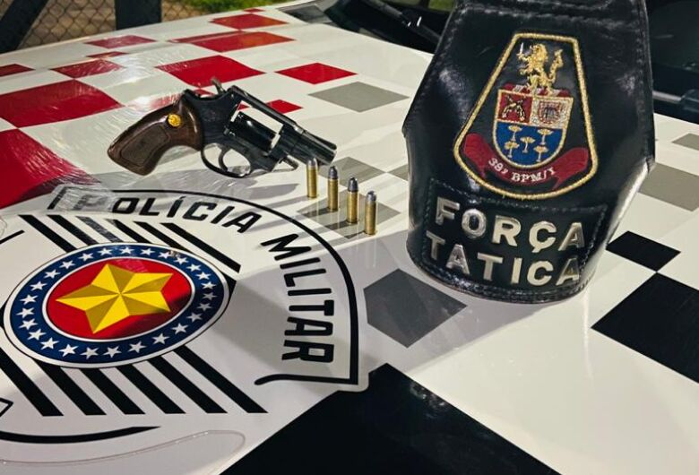 Homem é preso pela Força Tática após dispensar revólver na Vila Carmem