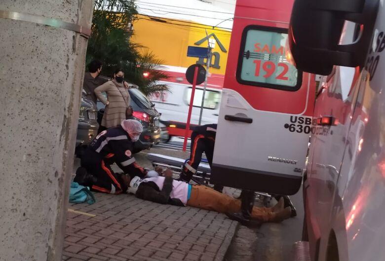 Colisão entre carro e moto deixa jovem ferido no Centro
