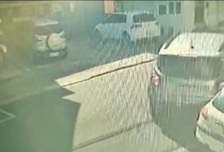 Proprietário busca ajuda para tentar identificar motorista que bateu em seu carro e fugiu