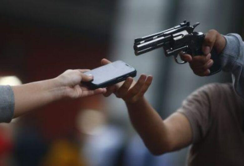 """Dupla rende vítima e através de """"PIX"""" rouba R$ 10.484,00 em São Carlos"""
